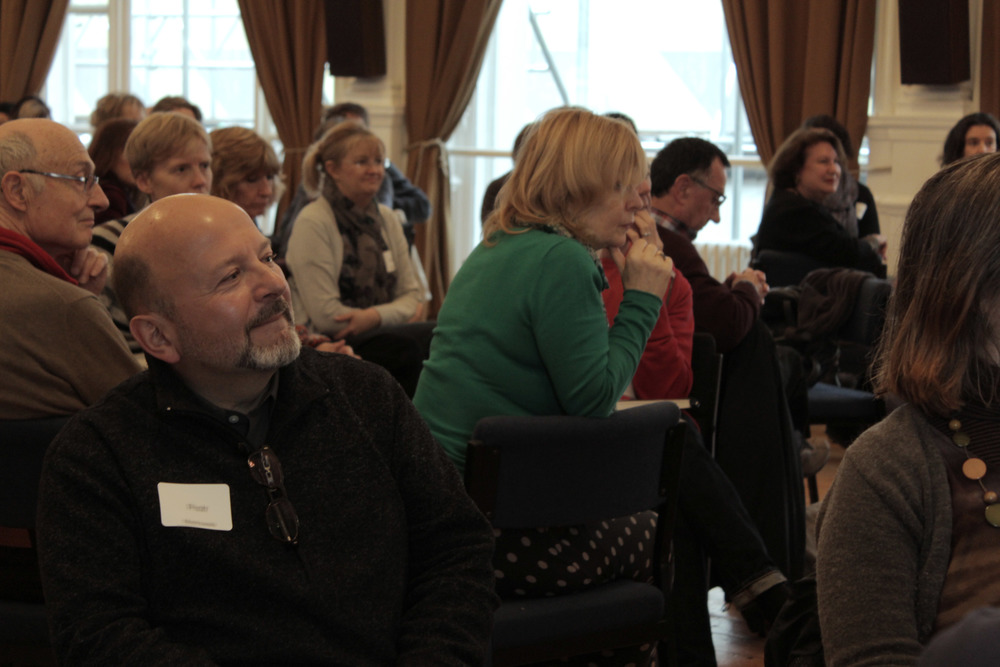 The group share their experiences during Susan's session. Image courtesy of the British Gestalt Journal.