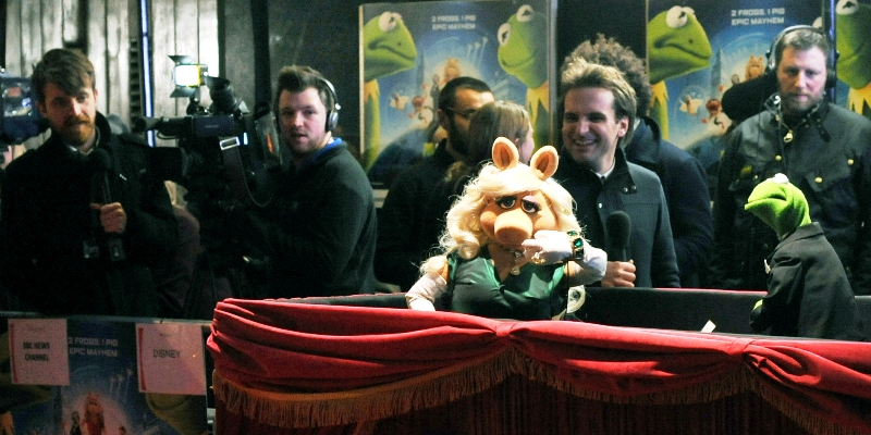 know that Muppets don't have the requisite number of fingers for Miss Piggy to be giving me The Finger, but still... (I thought we'd made a connection even stronger than the one I failed to make with Scarlett Johanssen at Captain America 2 last week!)