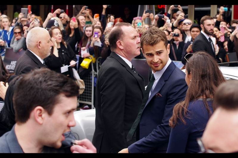 OMG it's Theo James, and at this range if you're not staring into his dreamy eyes (or in my case admiring his tie) you'll notice his hair is brown, whereas Hemsworth The Younger's is much darker. They're totally different. Totally.