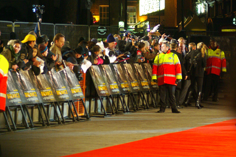 Needless to add... It's a movie premiere in London : do you know where your Yellow Cap Guy is? ... and argh! Mr Daniel Craig's assistant has her hand IN FRONT OF his face for the one shot in the series that was actually pretty sharp!