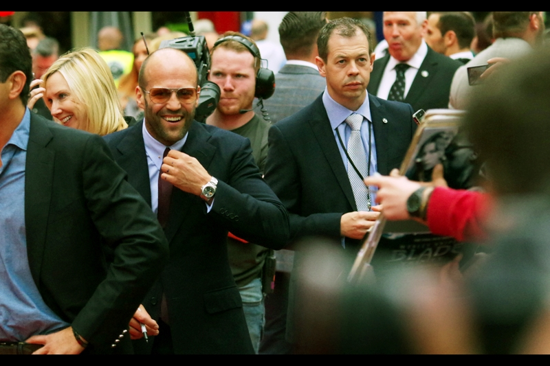 He's got his signing suit, his signing sunnies, his signing watch, and signing pen.... needless to say Jason Statham is ready and happy to mingle with the public. He didn't bring his supermodel girlfriend to this event, choosing instead to bring friend and fellow actor Vinnie Jones. It's an interesting choice... not one I would have made, if I'm honest.