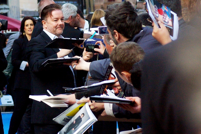 It's Ricky Gervais, of The Office and Extras fame! He's the winner of tonight's Award for Person Who Returned to the Crowd Most Often to Sign 'Just One More Autograph' (which is not to say that Ben Stiller or Hank Azaria spat on anyone or kicked babies, mind you...)