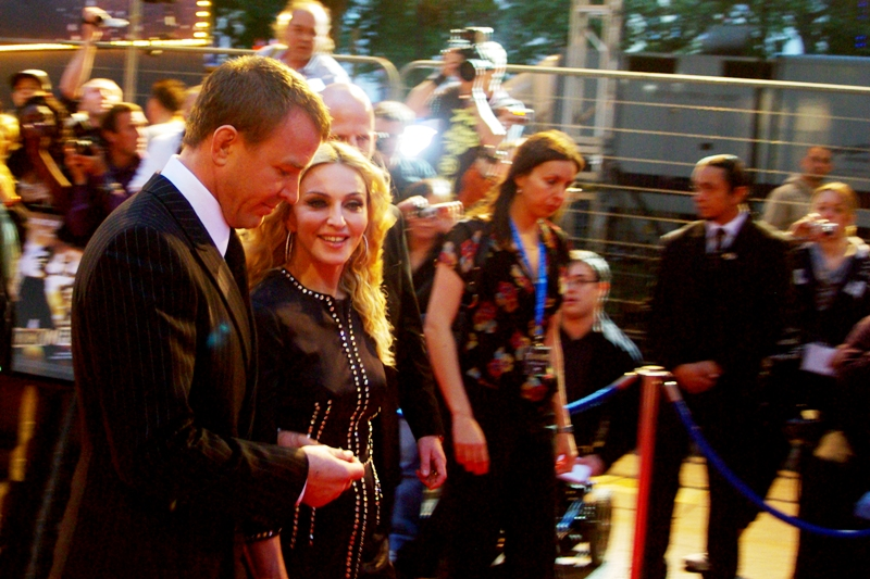 Guy Ritchie and Madonna walk the carpet at the premiere of 'Rock'n'Rolla'
