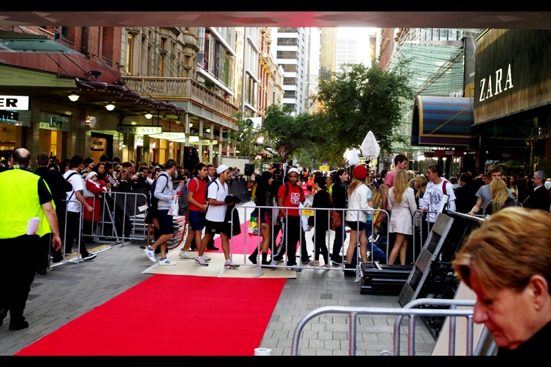 One end of the red carpet. The other end is a block away, and behind and to my left is the State Theatre. Pretty hard to believe Sydney can actually accomplish something quite so ambitious (then again, it's R-Patz. Tens of thousands of teenage girls probably all whined to Sydney council to make it happen...)