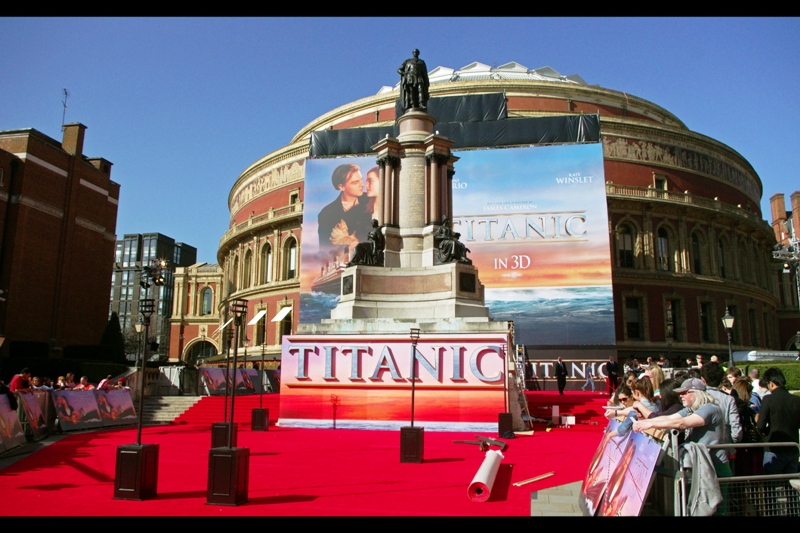 Royal Albert Hall, London. As many have observed, nothing James Cameron does is ever done on a small scale. The dude was underwater in the Mariana Trench some 24 hours earlier and flew in from Guam to be here. (This is the smaller part of the premiere - the press and photographers and most of the fans were actually behind and down the stairs behind this view)