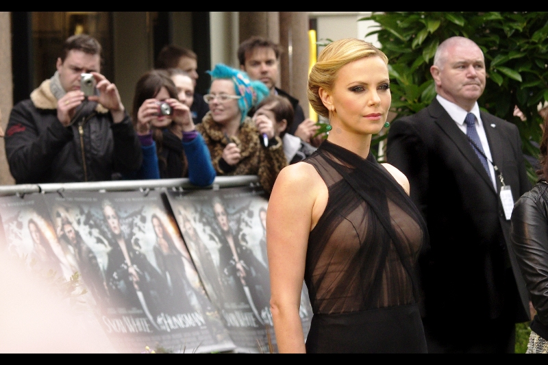 Charlize Theron eventually re-poses elsewhere much better, in front of a lady with blue hair. All of a sudden I'm wondering whether maybe trying for an Autograph would have been the better option than taking these sorts of shots??