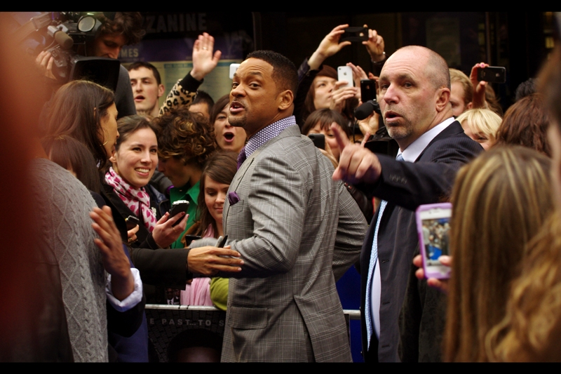 """One high-five per person, or one photo, or one autograph. Make your choices people""  Obviously I'm making that quote up, Will Smith would never make you choose like that, of course. I got an autograph AND a high five today."