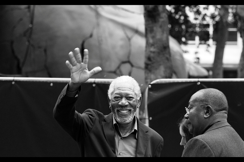 Morgan Freeman doesn't really sign for fans, and didn't get on the stage to be interviewed. And he doesn't high-five fans like Will Smith does, but you know what? Morgan Freeman has a freakishly satisfying wave to be on the receiving end of!