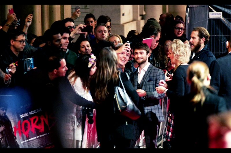Good news : Daniel Radcliffe is signing and posing with fans. Meanwhile, Juno Temple is being interviewed right in front of me but FACING AWAY FROM ME on the red carpet. Argh.
