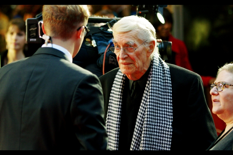 Martin Landau won a Best Supporting Actor Oscar for 1994's (Tim Burton's) Ed Wood. Also : a hounds-tooth scarf? Class