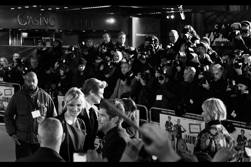 One last interview, and we're outta here. They posed for the photographers, but this time the red carpet was so crowded that I couldn't even get so much as a backlit starburst from the press. And you know me... if there's no starburst, there's no point.