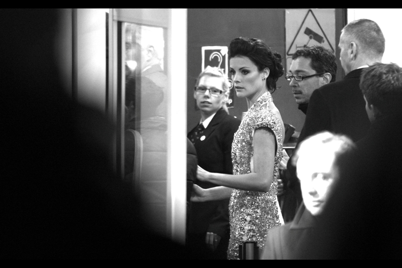 The lovely Jaimie Alexander arrives, does some interviews and signs autographs in the further reaches of the crowd, then rushes in to the cinema, realising that her half-layer dress isn't going to be able to stave off hypothermia.
