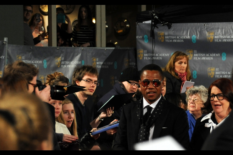 Cuba Gooding quickly zips by, briely making it FOUR on the red carpet.