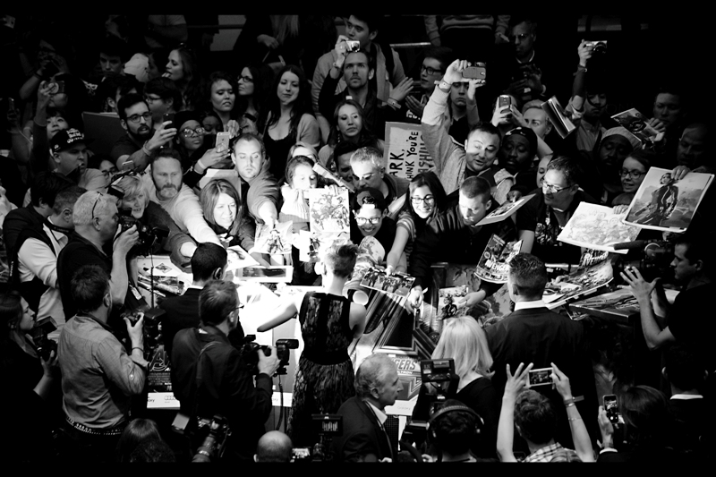 After posing prettily, Scarlett Johansson signs autographs. Sadly I was not able to implement the rope and pulley system that would have (I hoped) allow me to lower a framed 18x12 black'n'white photo I took back at  The Avengers Premiere in 2012  and have it signed on the floor below me.