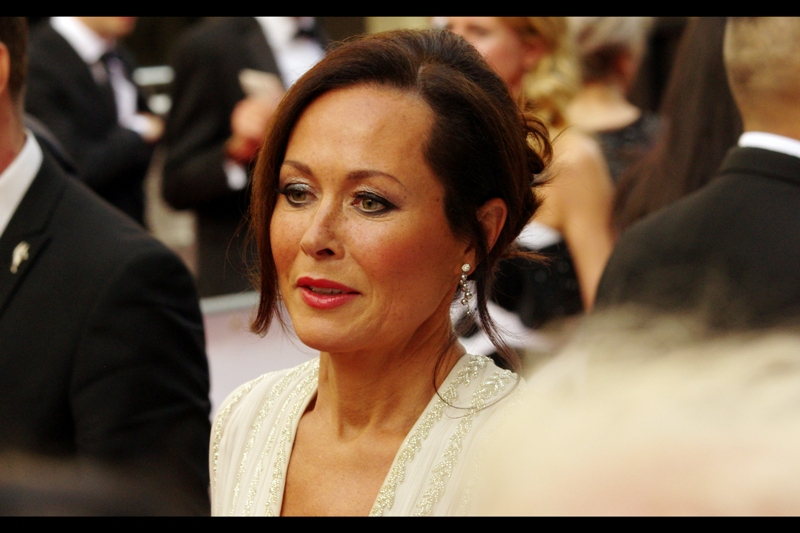 I don't know who this is, and furthermore I'm not convinced her face is capable of changing expression regardless of any stimuli she's subjected to. Which isn't meant to be a slur, incidentally : I wish I could remain this impassive.  (edited to add : Amanda Mealing?)