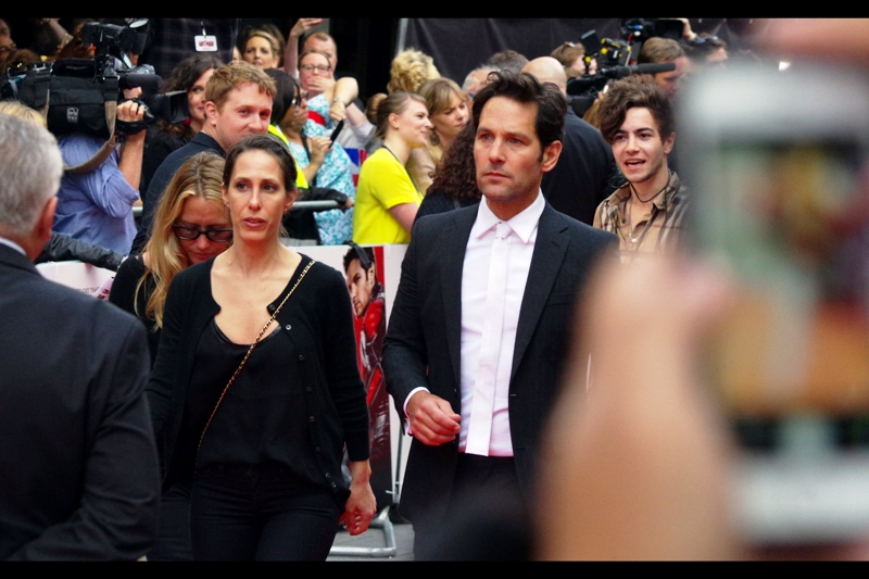 Paul Rudd arrives, looking, dare I say it, a trifle indignANT? (aww...yeah). His tie is white, and square-edged. More news as it happens.