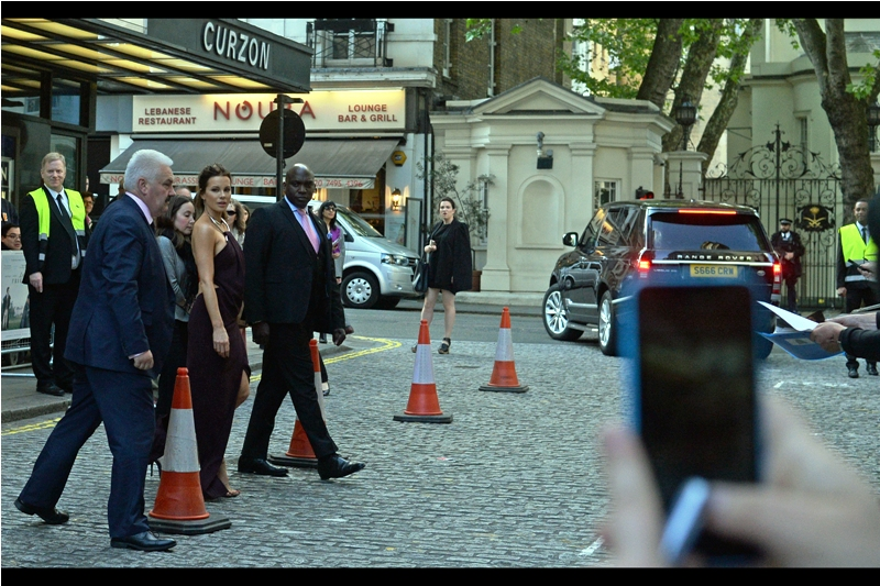 Kate Beckinsale does what nobody else has had the courage or audacity to do at this premiere - cross the road and sign a few autographs. All of a sudden, autograph dealers spontaneously materialise in our pen and start honking their strange language...