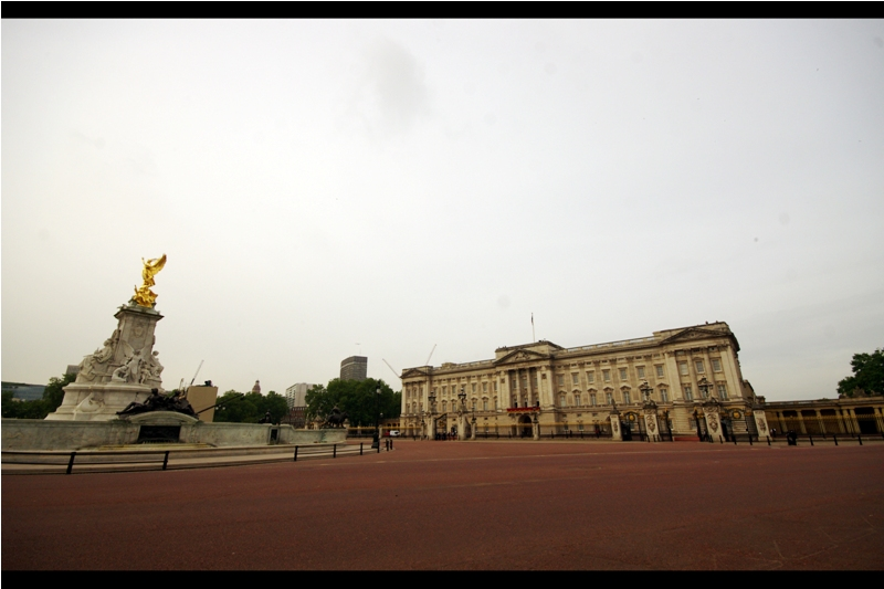 Forgetting that it's before 7am, this is quieter than I've ever seen Buckingham palace. I guess The Queen has given strict instructions to keep things the f**k quiet 'cause it's a Saturday morning, and I don't care how many commoners are outside and why....