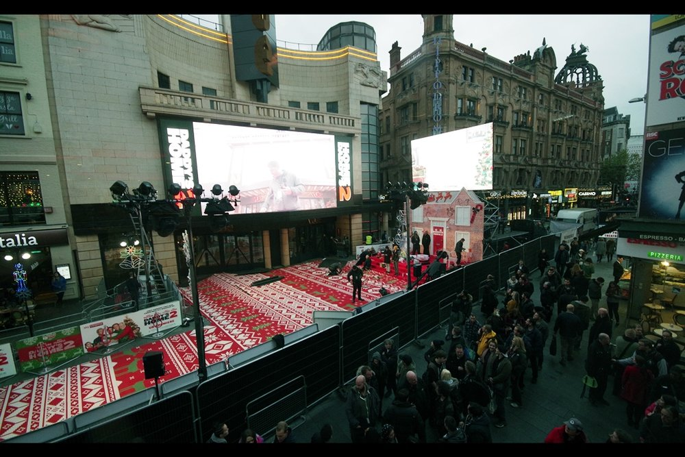This view of the spectacular Christmassy carpet is from the Burger King across from the Vue Leicester Square. They don't officially take kindly to people using their fine restaurant as a base for long-range premiere photography, and I don't really like the price of 'renting' a table and possibly having to eat some of their 'food' either.