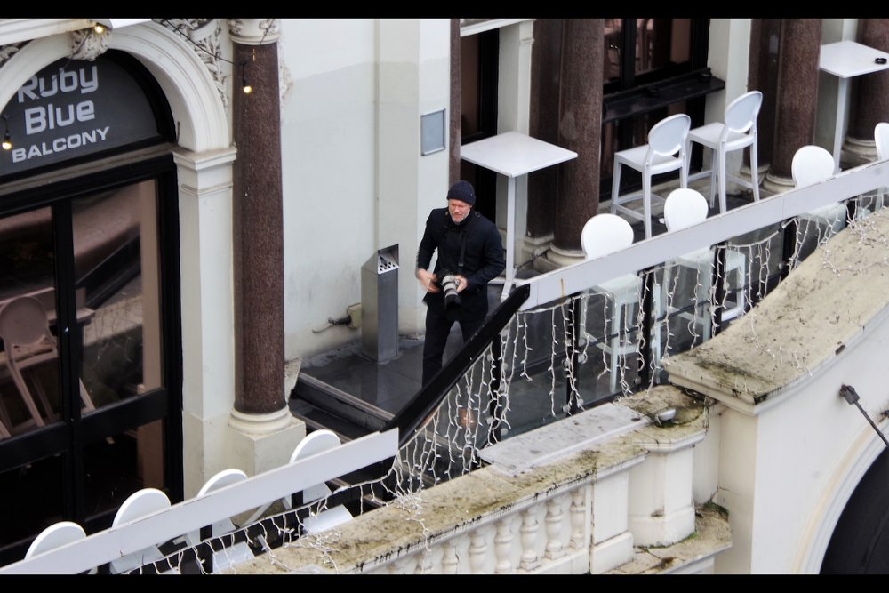 OMG : that's a REAL paparazzi on the balcony overlooking the event!! This premiere now has EVERYTHING!! (you know... except verified members of the cast or crew being present)