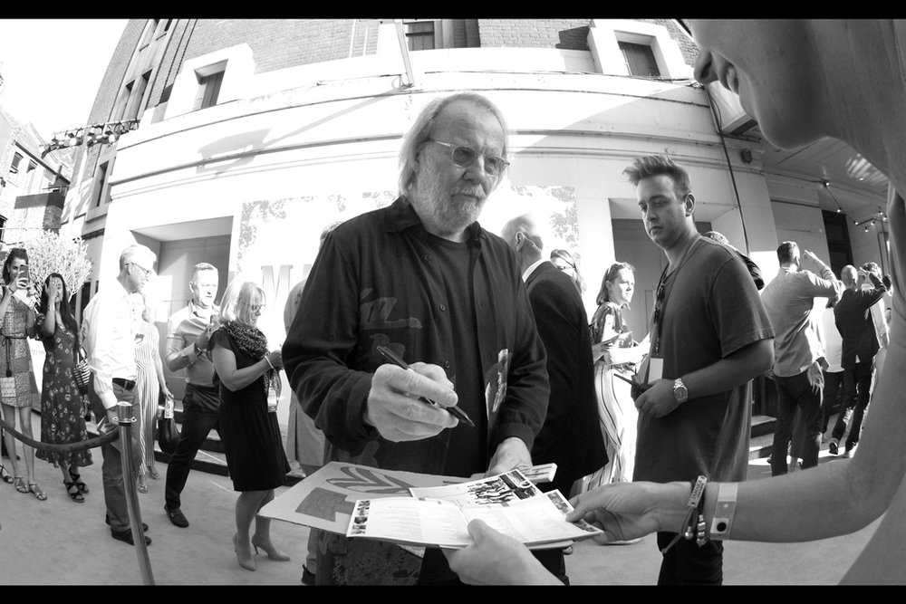 Benny Andersson falls prey to the charm of the girls to my right. I don't know how they're doing it, but I certainly hope they don't stop : EVERYONE is signing here.