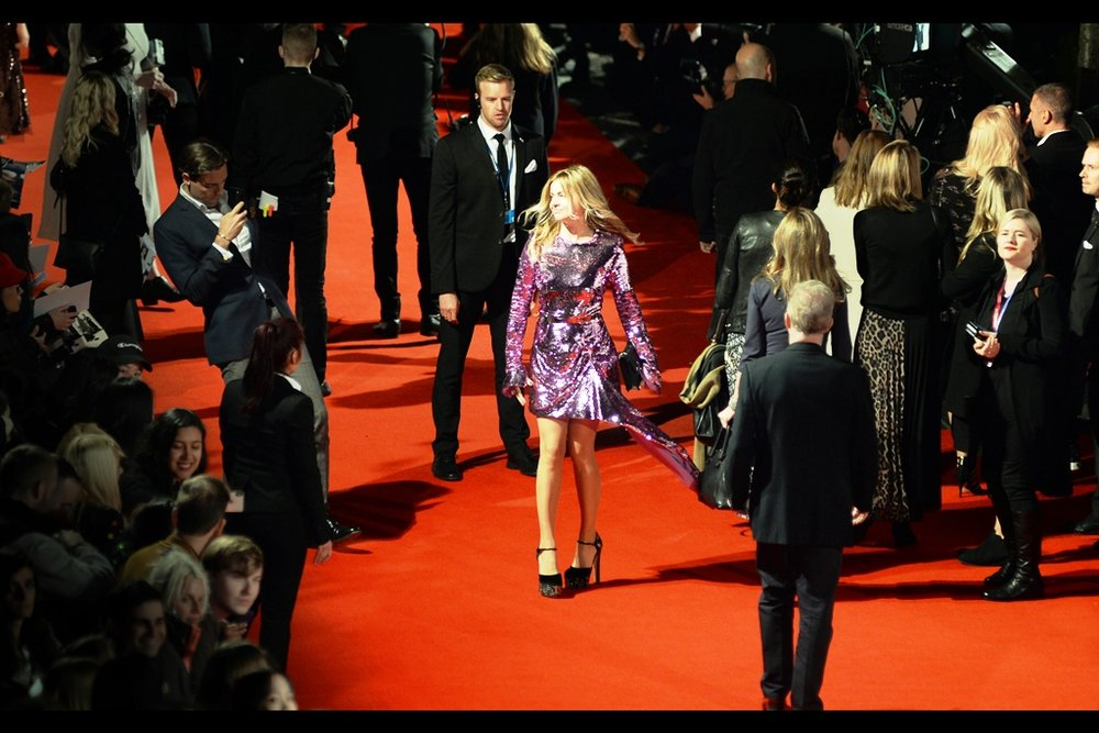 I'm not entirely shure what's happening here, but i can say I don't hate it. In addition to which, with the Big Stars all posing for the Paps in the distance, this is the emptiest the red carpet has been for some time.