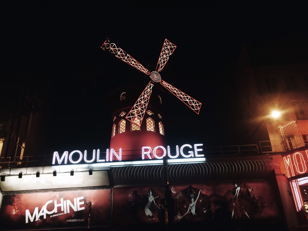 Anna Katina Fashion Travel Blogger Paris Moulin Rouge
