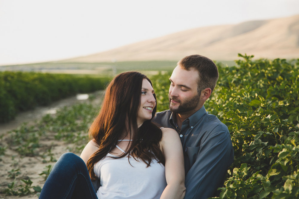 Tri Cities sunset engagement session_desert engagement_Vineyard engagement_Jordyn and Drew_Jordan Edens Photography_JEP_potato field_desert_mountains_badger mountain_fields_3