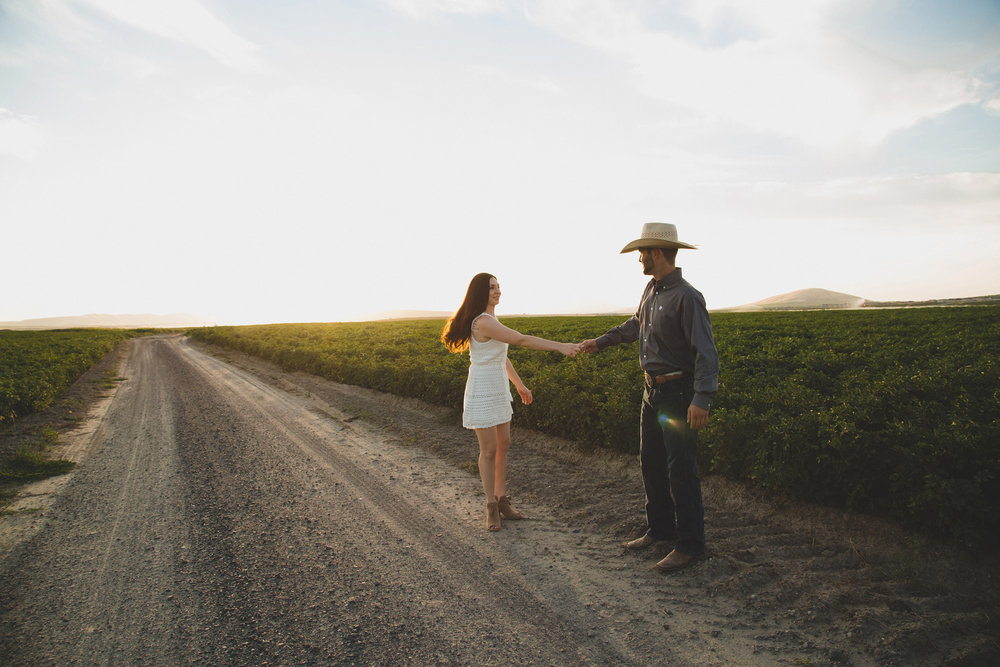 Tri Cities sunset engagement session_desert engagement_Vineyard engagement_Jordyn and Drew_Jordan Edens Photography_JEP_potato field_desert_mountains_badger mountain_fields_dirt road_1
