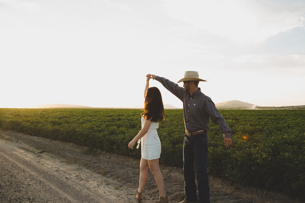Tri Cities sunset engagement session_desert engagement_Vineyard engagement_Jordyn and Drew_Jordan Edens Photography_JEP_potato field_desert_mountains_badger mountain_fields_dirt road_2