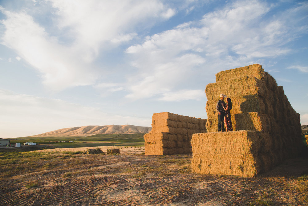 Tri Cities sunset engagement session_desert engagement_Vineyard engagement_Jordyn and Drew_Jordan Edens Photography_JEP_potato field_desert_mountains_badger mountain_fields_dirt road_hay bales_2