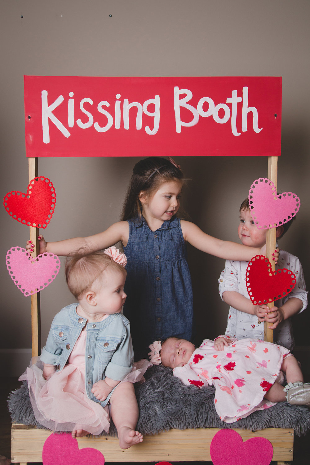 Tri Cities Photographer_Valentines day_family photos_kissing booth_Tri Cities family photographer_Kennewick photographer_richland photographer_1