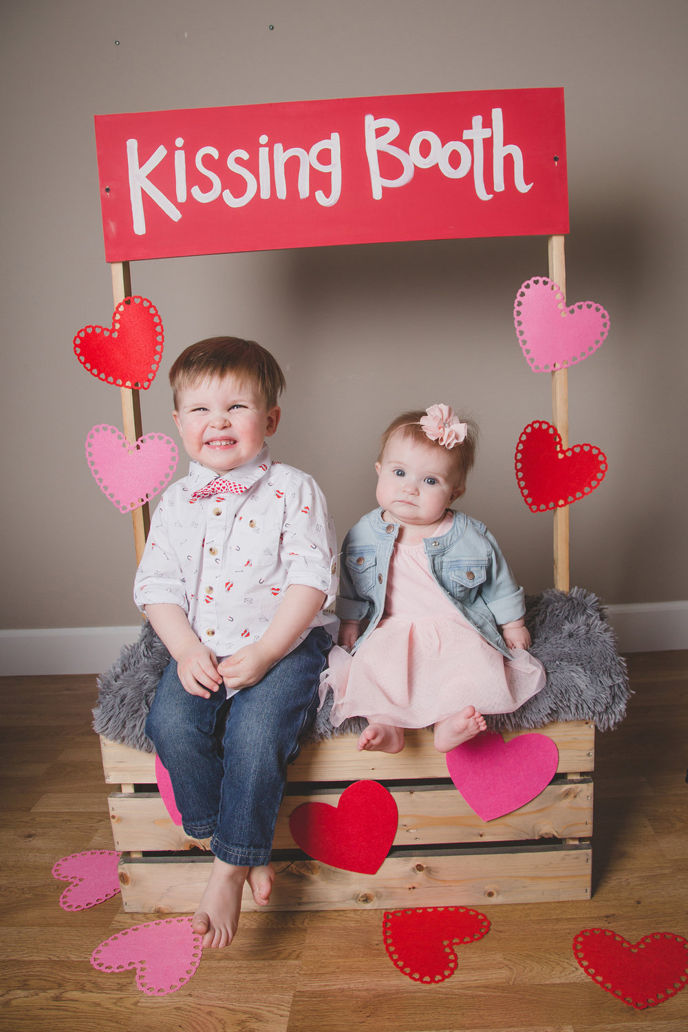 Tri Cities Photographer_Valentines day_family photos_kissing booth_Tri Cities family photographer_Kennewick photographer_richland photographer_10