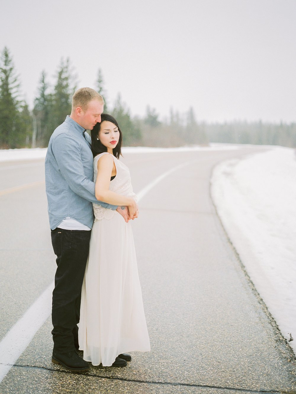 Romantic engagement photos | couples photoshoot poses | Manitoba winter wedding | photographed by Keila Marie Photography