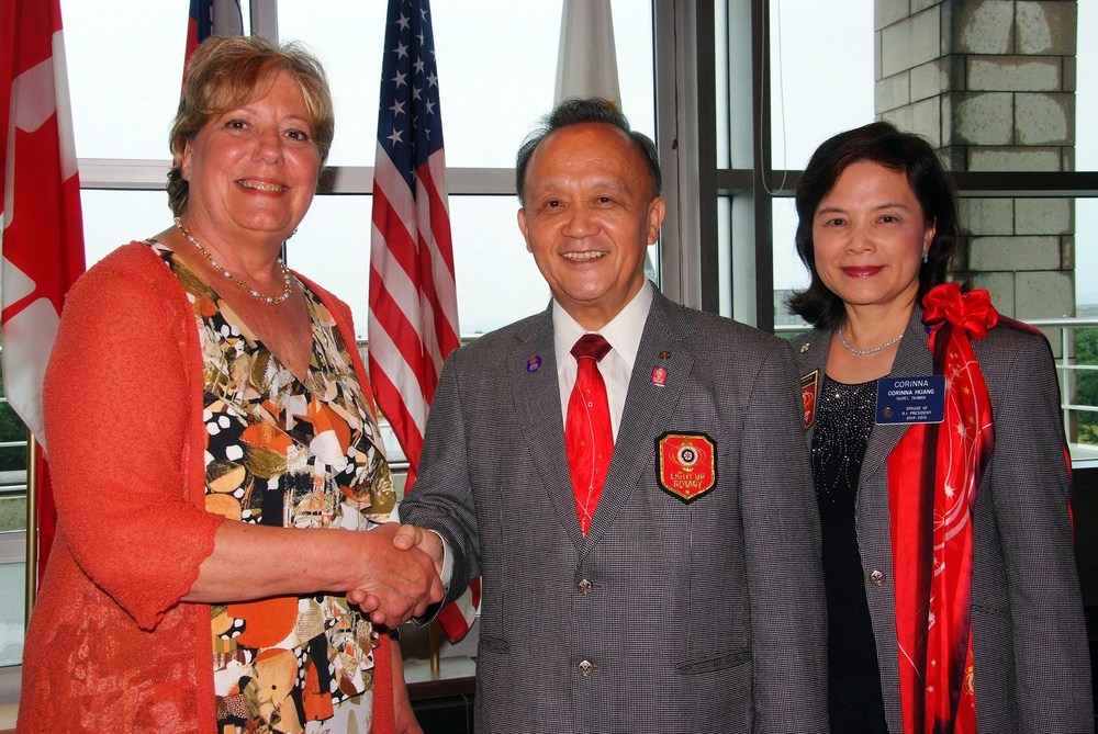Gisèle Bourgoin, présidente du Club Rotary de L'Ancienne-Lorette en compagnie du président du Rotary International, Gary C. Huang et de sa conjointe Corina.