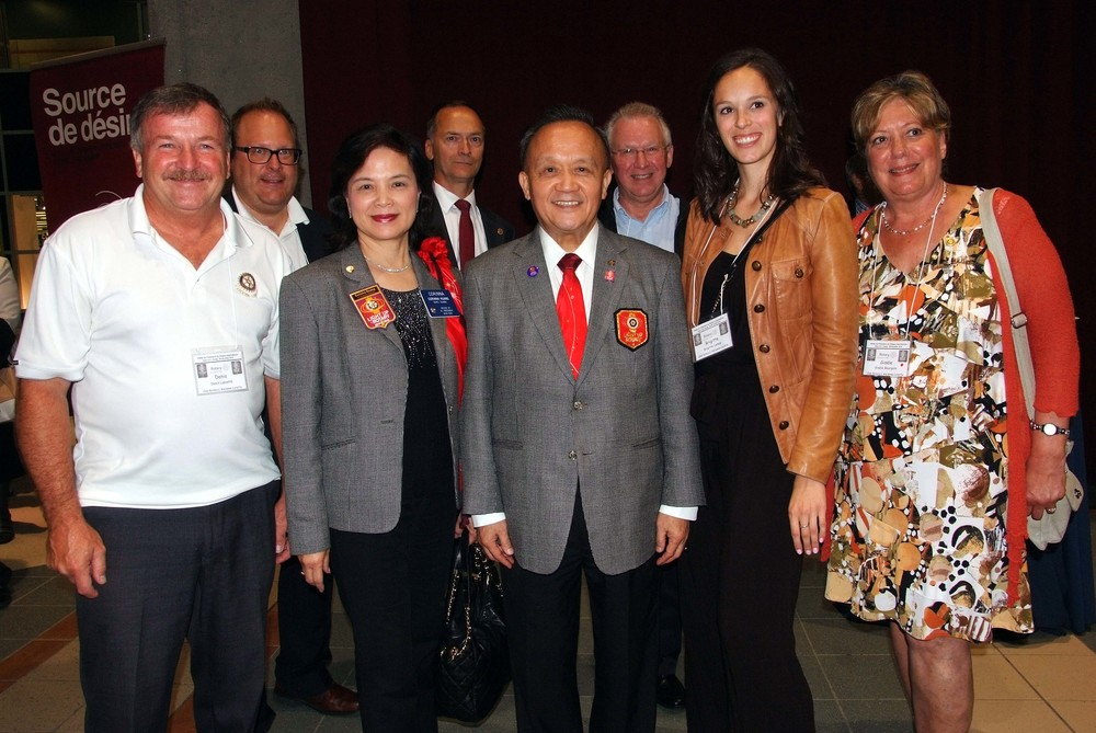 Les membres du club Rotary de L'Ancienne-Lorette en compagnie du président du Rotary International et de sa conjointe (au milieu).