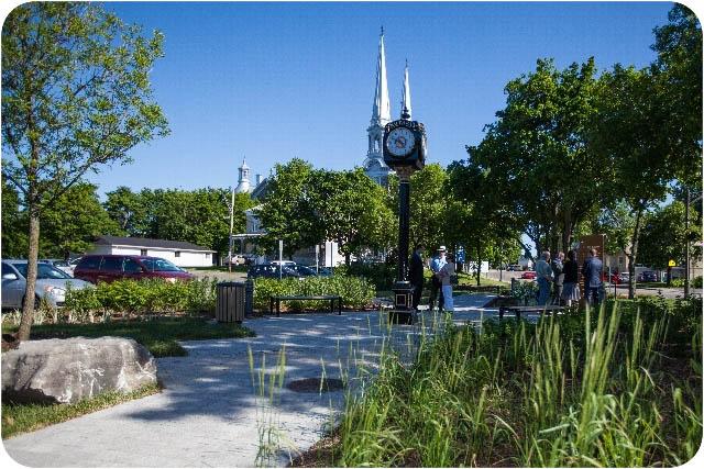 L'horloge à quatre cadrans, symbole du club Rotary de L'Ancienne avec en arrière plan, l'Église Notre-Dame de l'Annonciation, emblème de la Ville de L'Ancienne-Lorette.
