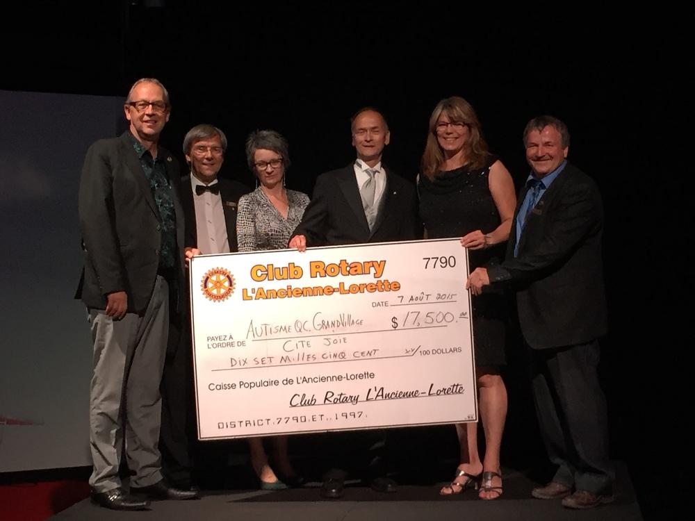 Des membres du club Rotary de L'Ancienne-Lorette en compagnie de représentants de causes soutenues.
