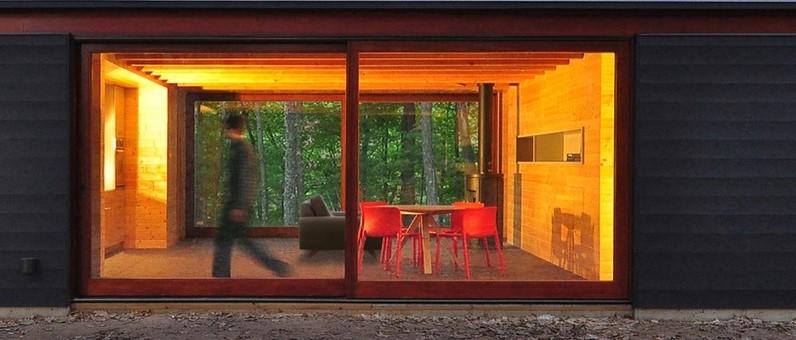 Cabana Linear / Johnsen Schmaling Architects   LÂMPADA DE LUZ AMARELA   As lâmpadas de cor amarela, ou mais quentes, são as que tem temperatura de cor entre 2.700K - 3.000K. Elas tornam os ambientes mais aconchegantes e propiciam o relaxamento. Os ambientes adequados para elas são as salas de estar, sala de jantar, quartos, área gourmet e até mesmo lavabos para fins decorativos.