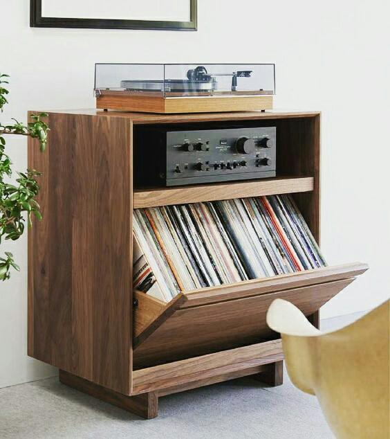 Quem aí curte um vinil? Solução de mobiliário muito interessante para vitrola e armazenagem dos discos.