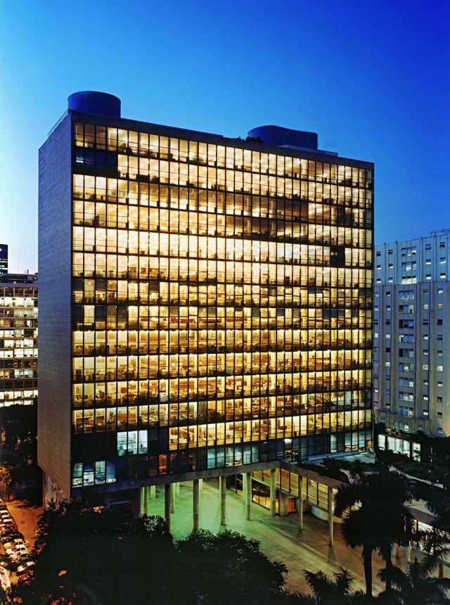 Sede do Ministério da Saúde e Educação (MES) na cidade do Rio de Janeiro - RJ. Projetado pela equipe Lúcio Costa, projeto que revelou Oscar Niemeyer e teve consultoria de Le Corbusier. O primeiro edifício moderno do Brasil.