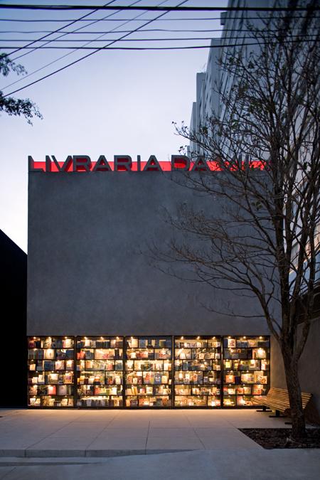 A livraria da vila é o resultado da reforma de um sobrado construído em um lote muito estreito, em São Paulo.