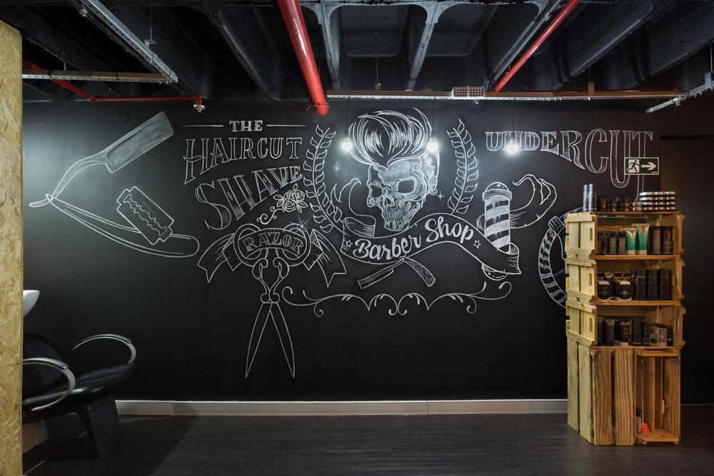 Ma3 Aminadab  é o autor da arte em fiz feita na lousa de quadro negro