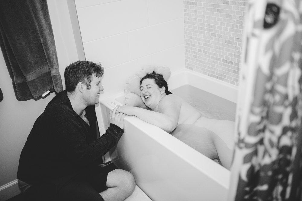 laboring-in-the-tub-birth-photo