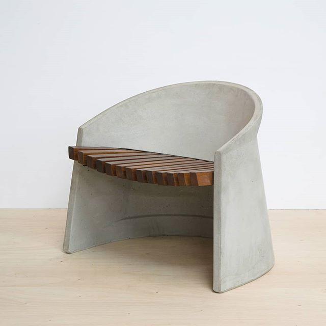 Poltrona Shell, se resolve em uma fina camada de concreto e assento em jatobá. #delazzarimu #urbanfurniture #mobiliariourbano #poltrona #design #concreto #bench #paisagismo