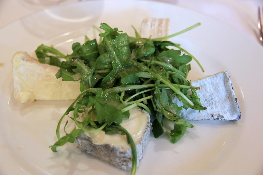 L'assiette au Château de Chambord (dans le sens des aiguilles d'une montre commençant en bas) : Sainte-Maur-de-Touraine (chèvre),Valencay (chèvre), Brie de Meaux (vache),et Pouligny-Saint-Pierre (chèvre).