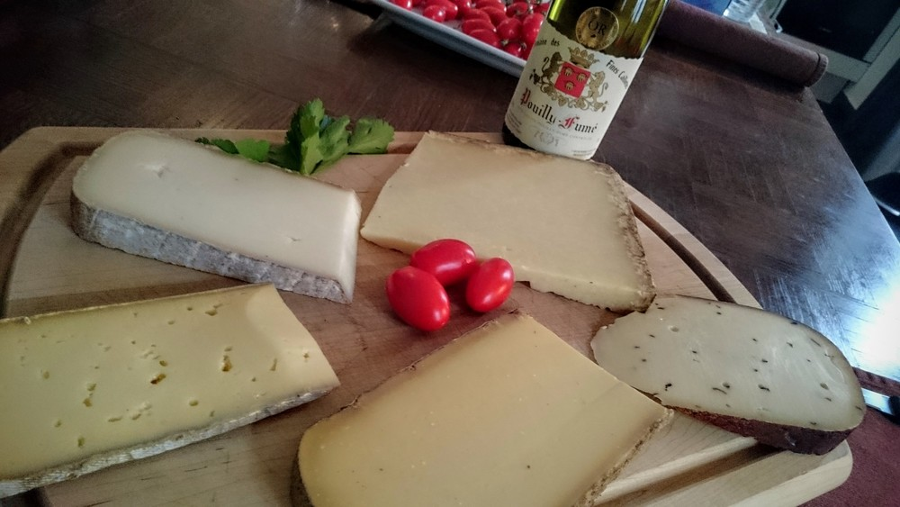 Dans le sens des aiguilles du haut-gauche : pur brebis du Pays d'Iraty, Cantal, pecorino aux truffes, comté, tomme des montagnes (vache).