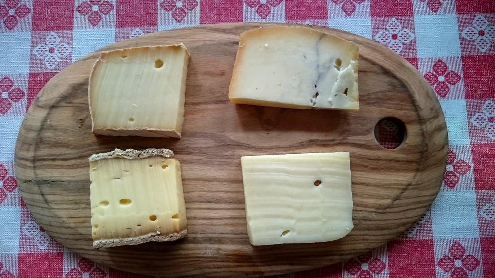 Dans le sens des aiguilles (haut-gauche) : St Nectaire, morbier, gruyère, tomme de Savoie.