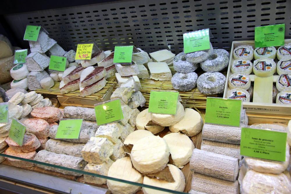 Le rayon des fromages de chèvre.