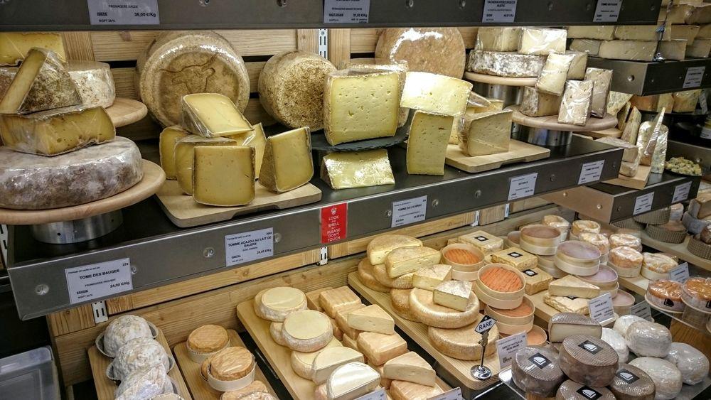 Des tommes au-dessus une séléction de plusieurs fromages, y compris quelques bourguignons.